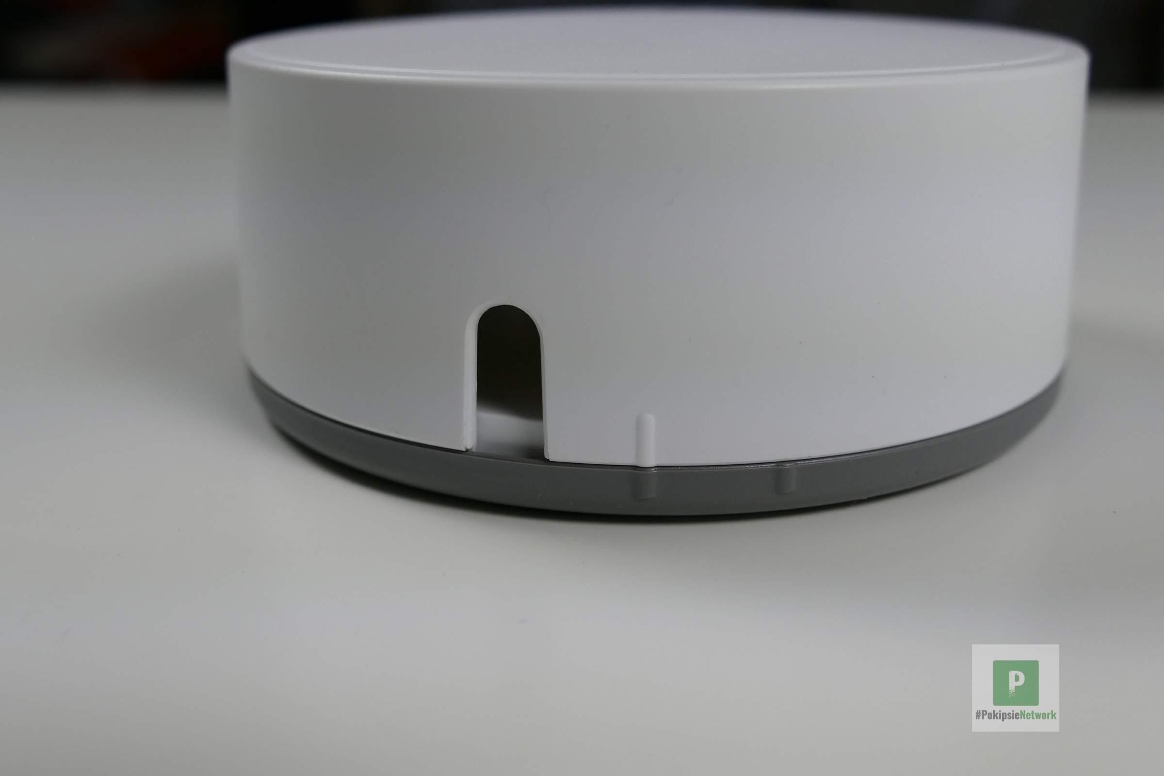 Aussparung für das USB- und Ethernet-Kabel